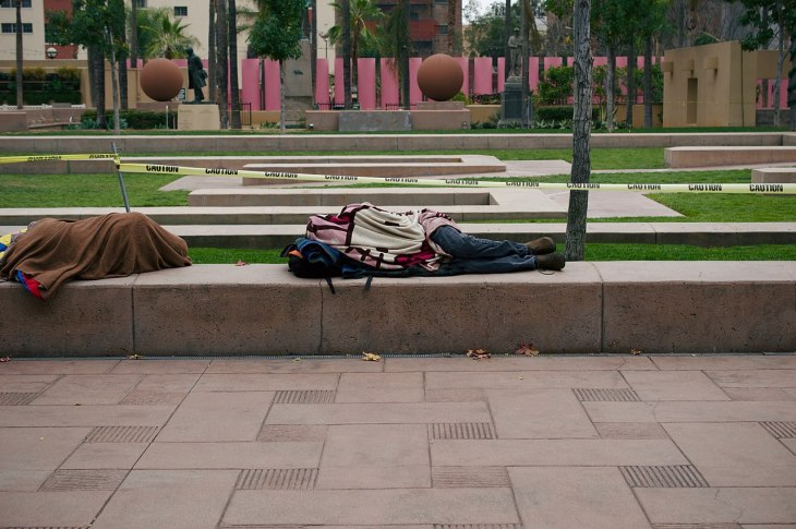 1280px-Homeless_people_sleeping_in_Pershing_Square_in_Downtown_Los_Angeles_(DTLA)_10